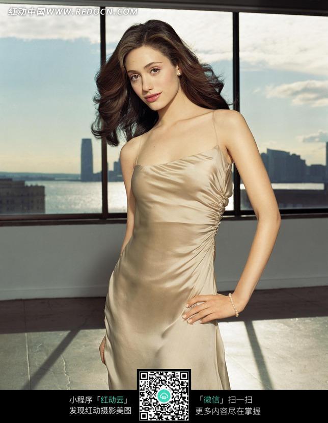 穿连衣裙的外国性感美女图片