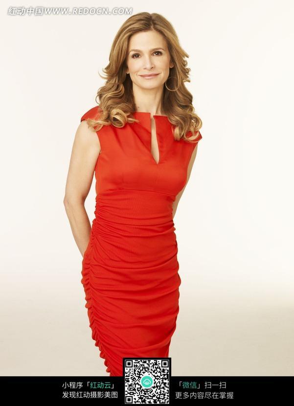 穿红色紧身裙的外国美女图片