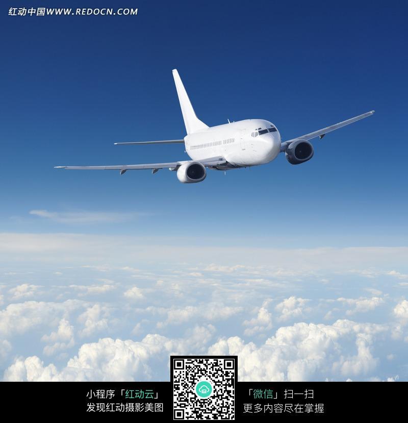 云层中飞行的飞机图片