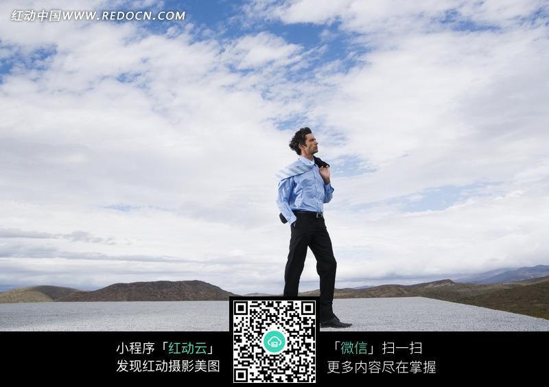 天白云下石板上仰望天空的男人图片免费下载 红动网