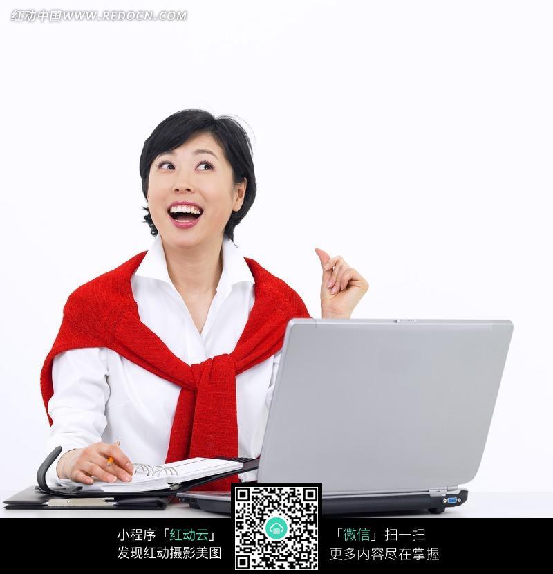免费素材 图片素材 人物图片 职业人物 坐在电脑前张着嘴巴大笑的女人