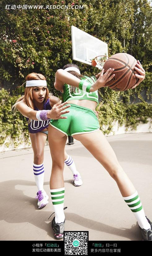 打篮球的外国美女