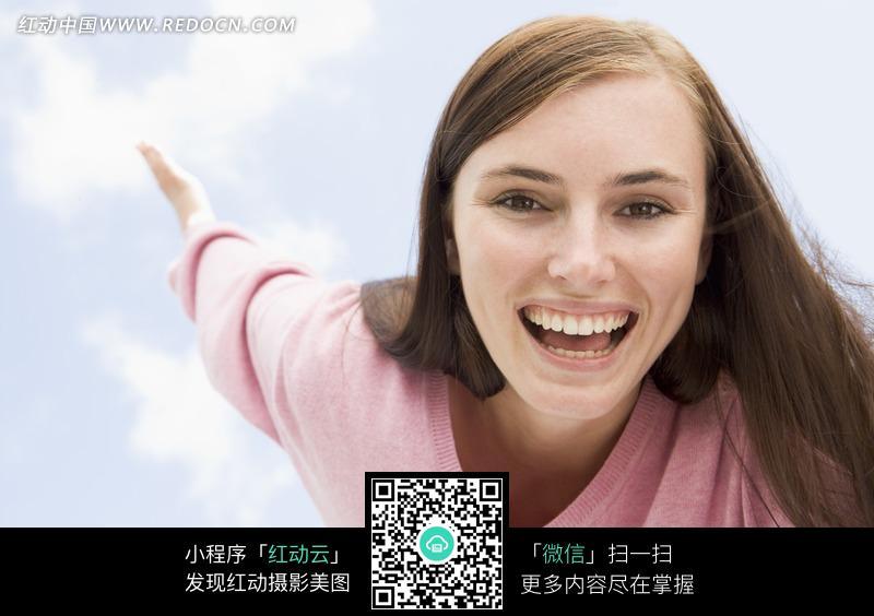 微笑的长发美女图片 女性女人图片