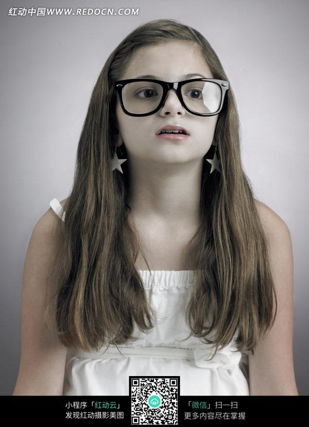 戴着眼镜抬起头的外国女孩图片
