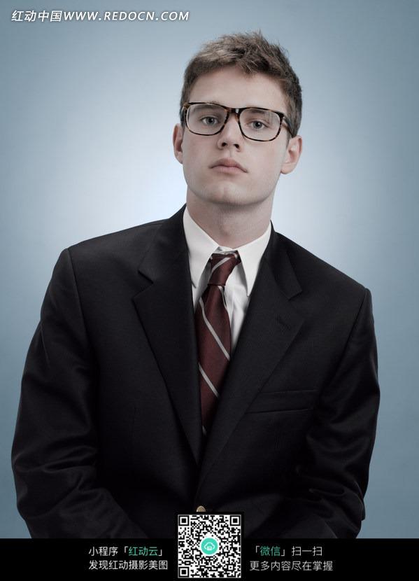 国眼镜男青年图片