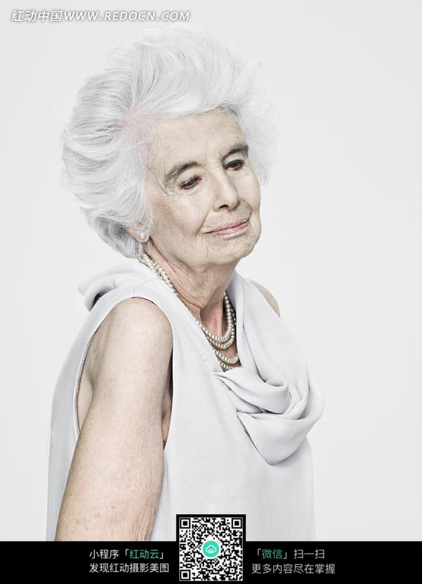 白色衣服白色头发的老年女人图片