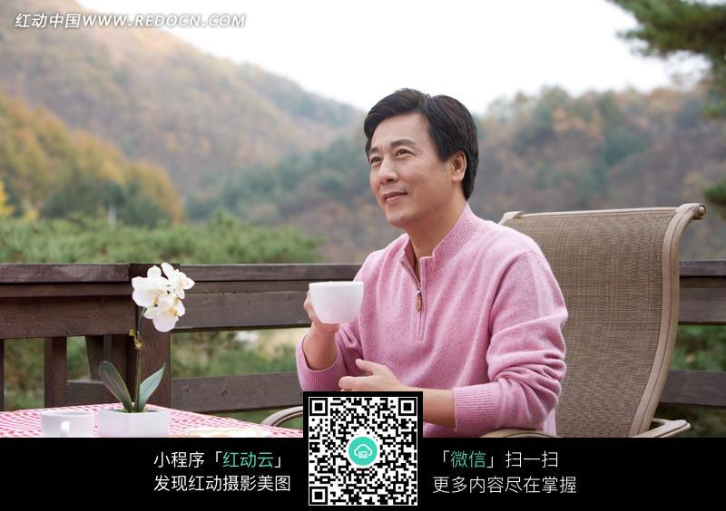 茶馆坐着喝茶的中年男人图片