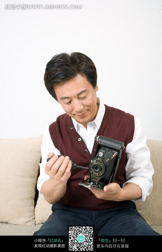 机的中年男子图片