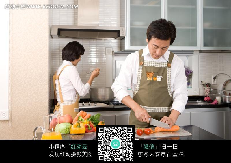 厨房里做饭的中年夫妻图片