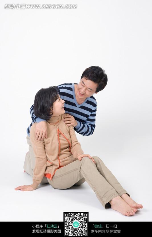 扶着肩膀对视的中年夫妻图片