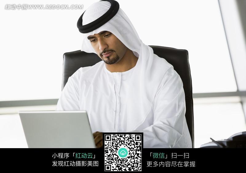 免费素材 图片素材 人物图片 职业人物 低头使用电脑的阿拉伯男人