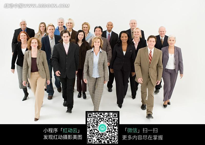 向前走的一群外国男人女人