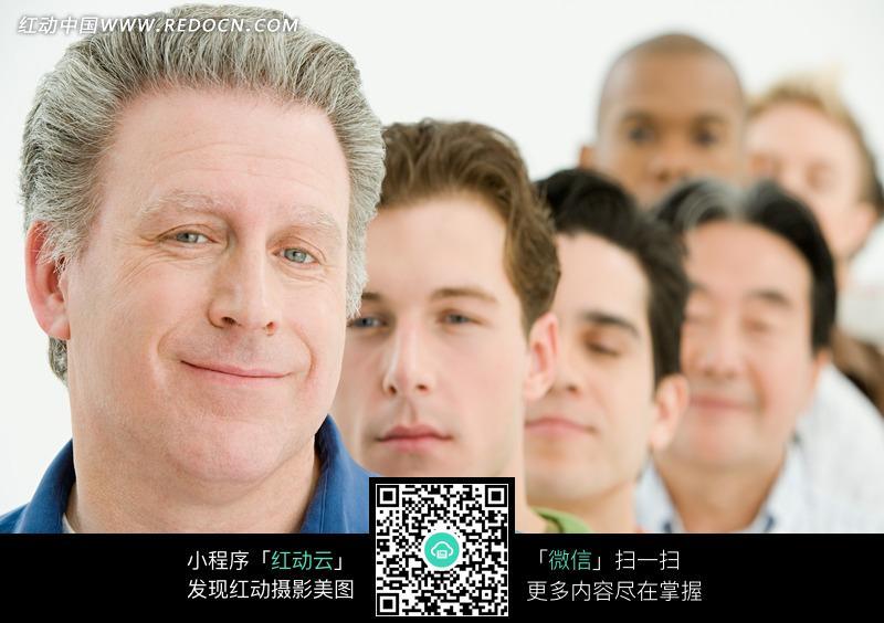 扎黑色领结仰头大笑的外国白发男人_其他人物图片_红