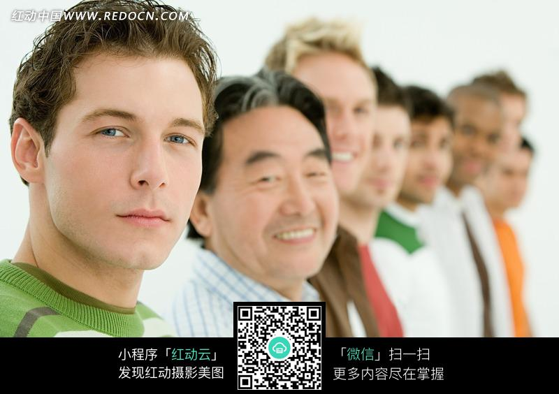 微笑的一列外国人