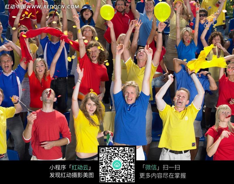 免费素材 图片素材 人物图片 日常生活 运动场上看比赛的外国人群