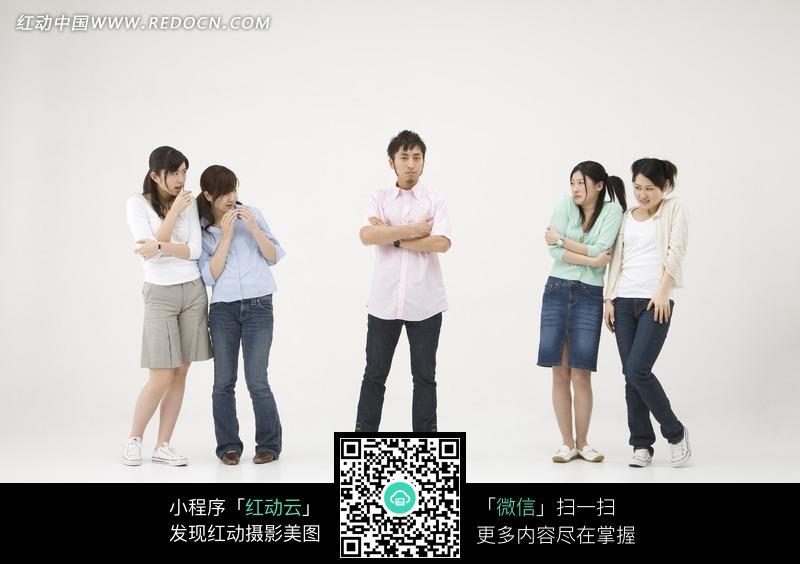 站在女人中间的男人图片