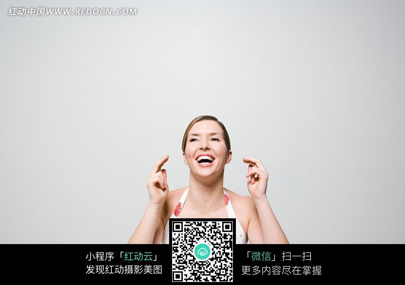开怀大笑的外国美女上半身特写图片