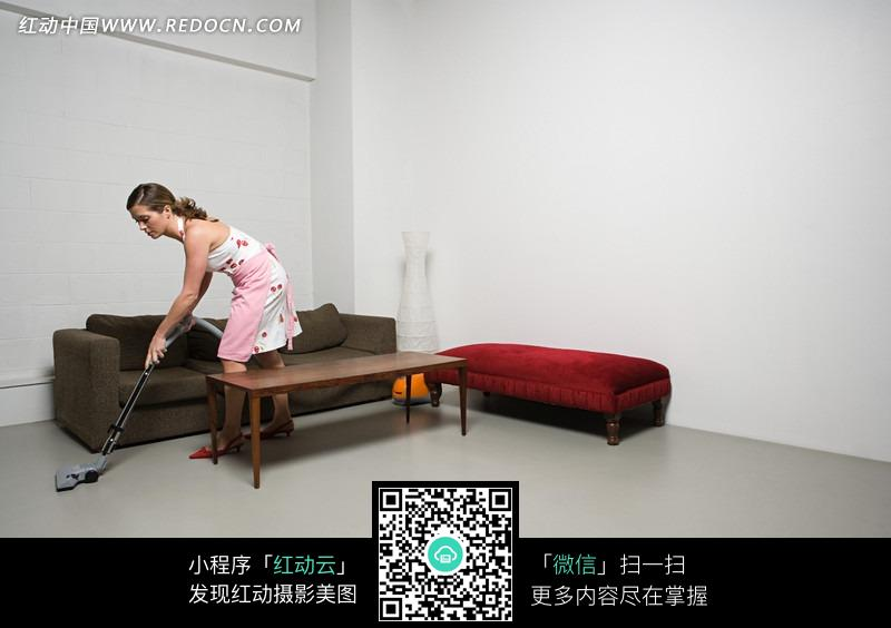 拖地的国外家庭主妇图片免费下载 红动网
