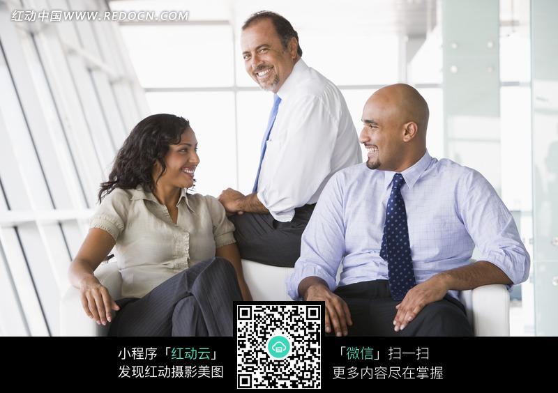 沙发上坐着的外国男人和女人图片