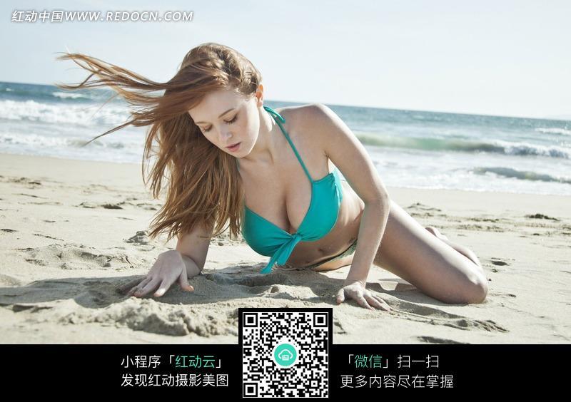 沙滩上趴着的外国泳衣美女