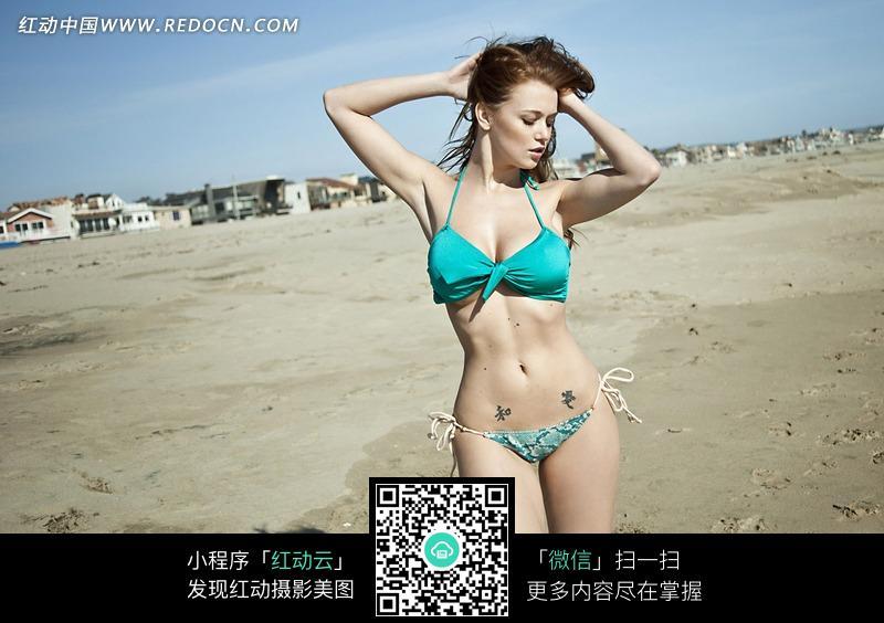 双手抱头的外国泳衣美女图片