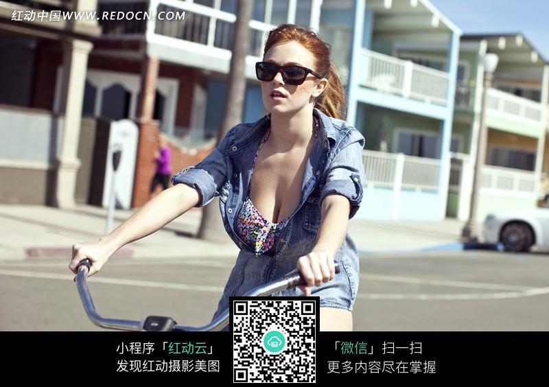 骑着自行车的外国性感美女图片