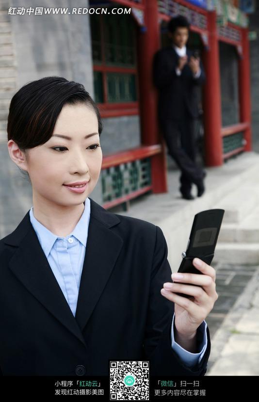 手机 美女-拿着手机的职业装美女