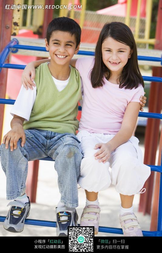 抱在一起坐着的外国男孩和女孩图片