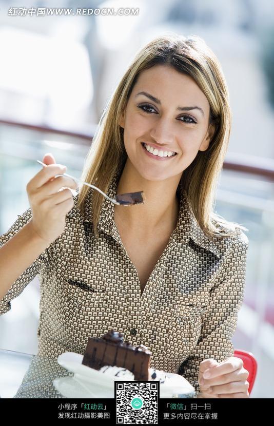 正在吃蛋糕的外国美女图片