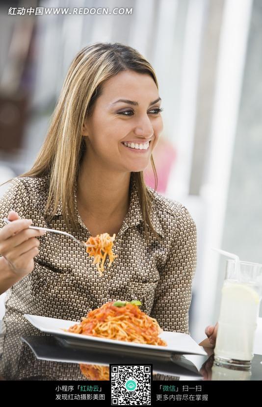 外国前叉着餐桌微笑的面条美女图片_日常生活珍珠美女图片图片