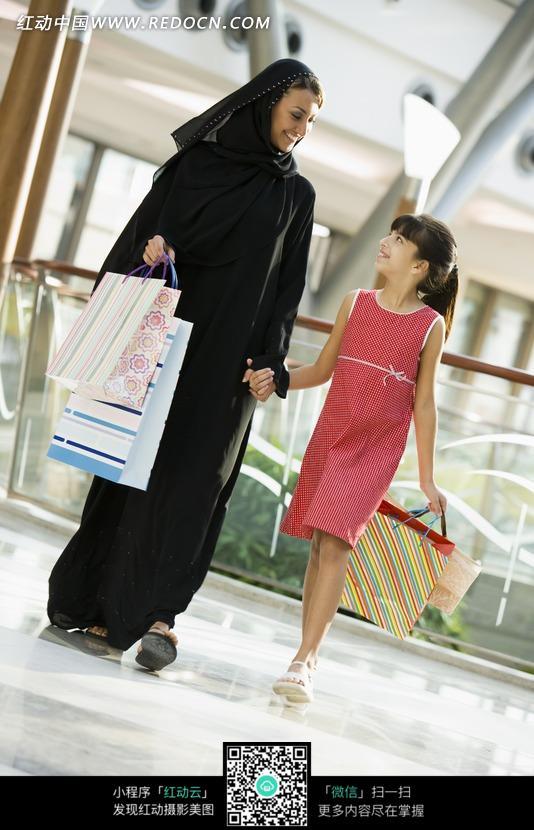 牵手购物的中东母女图片