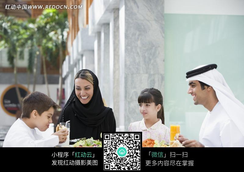 一起吃饭的中东一家人图片图片
