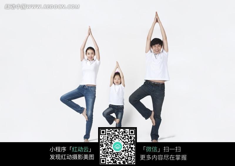 一齐做健身操的一家三口图片图片