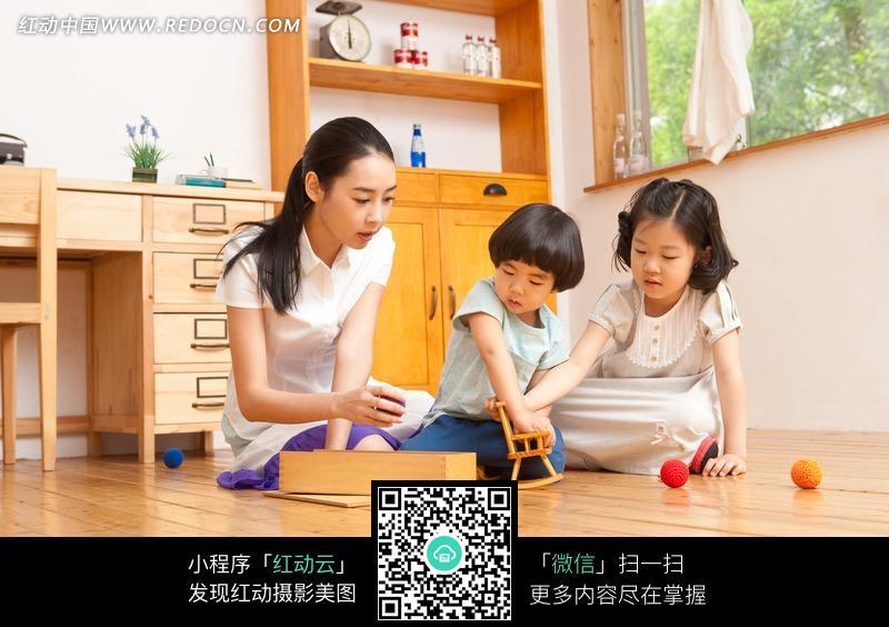 妈妈陪儿子女儿玩游戏图片_日常生活图片