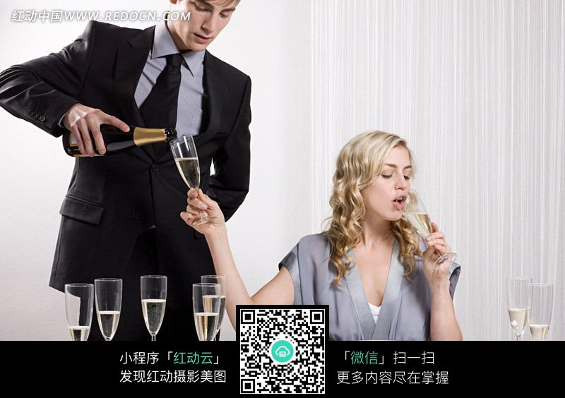 喝酒的女人和倒酒的男人图片