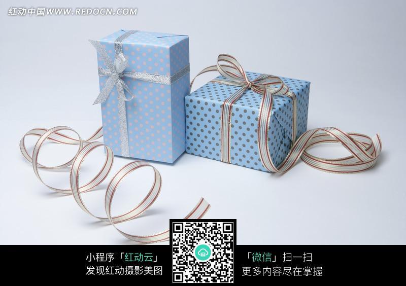 银色丝带系着的两个蓝色礼盒图片