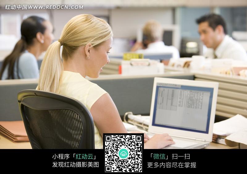 免费素材 图片素材 人物图片 职业人物 坐在办公桌旁使用电脑的金发女