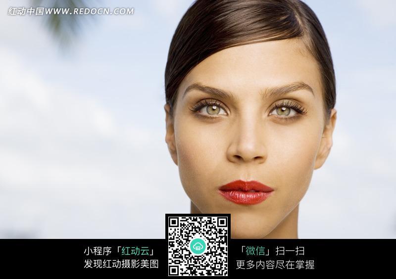 成熟美丽的外国美女头部特写图片