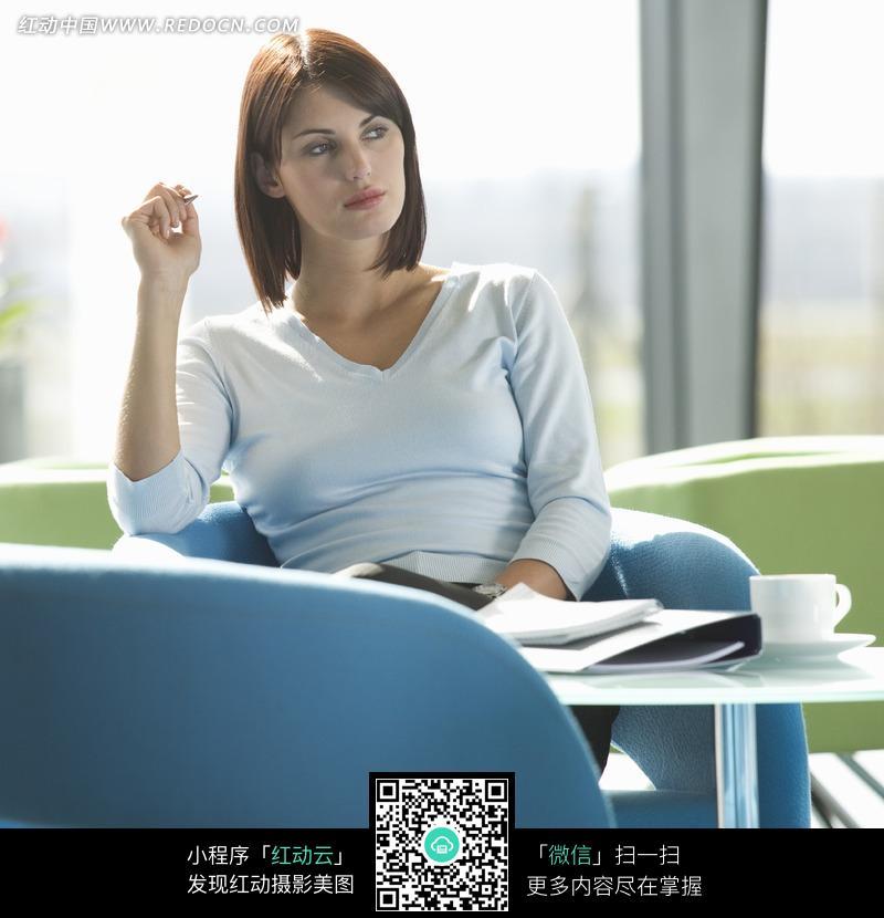 坐在沙发上的外国美女图片