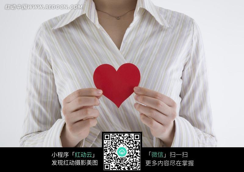 手机 心形 红色 胸口/把红色心形纸片放在胸口的手...