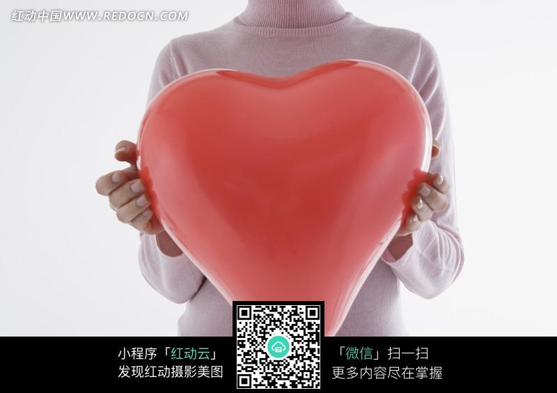 心形 红色 胸口/把红色心形气球捧在胸口的手