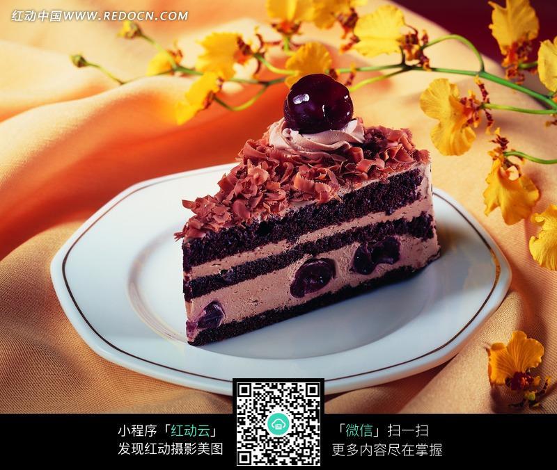 水果巧克力蛋糕与花朵图片