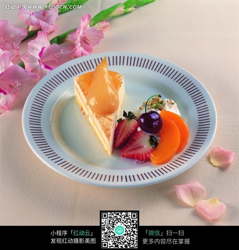 盘子里的三角形蛋糕和水果图片