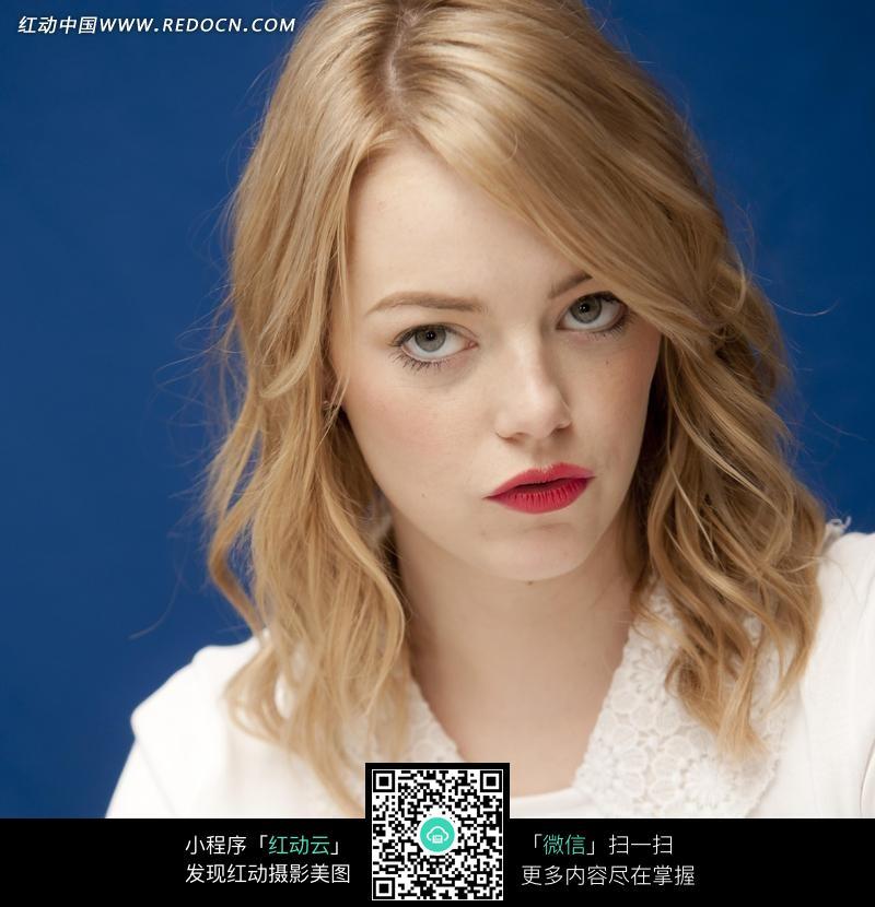 瞅人的外国金发美女图片