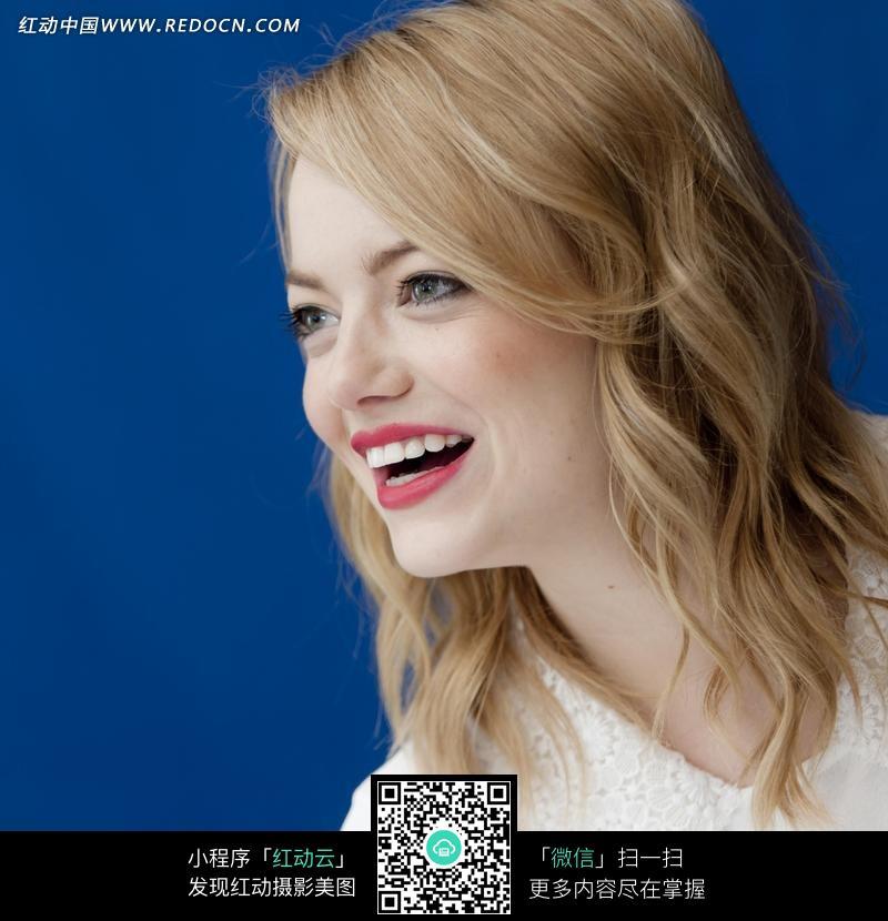 微笑的外国金发美女图片