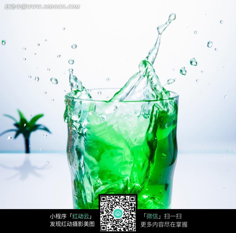 喷溅的绿色冰镇饮料图片
