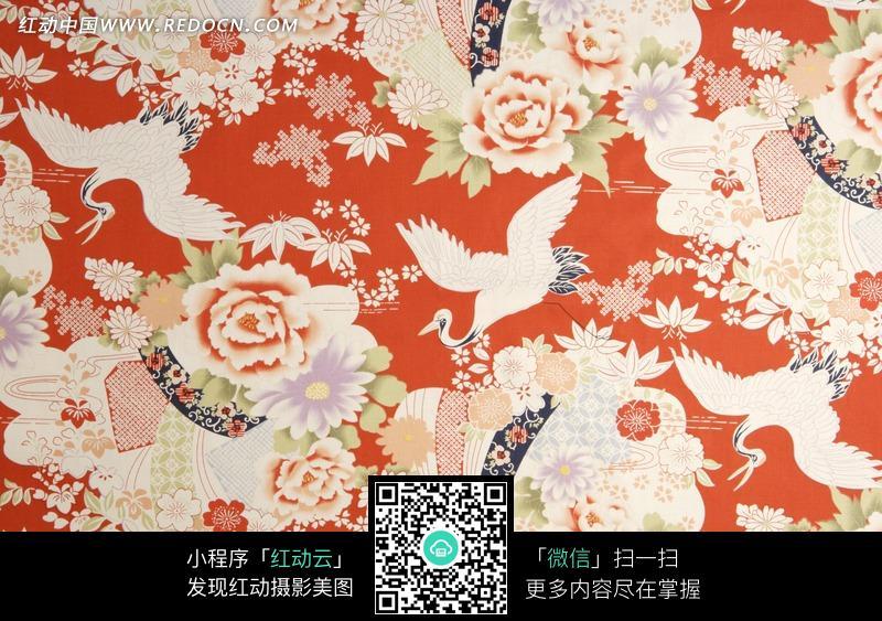 红色背景上的仙鹤牡丹花卉图案布料素材图片