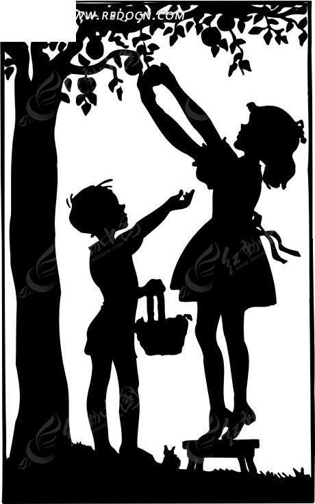 树下摘果实的小男孩和小女孩剪影