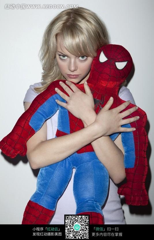 抱着玩偶的外国美女图片免费下载 红动网图片
