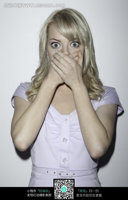 双手捂嘴的外国美女图片
